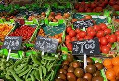 Frukt- och grönsakställning i marknaden royaltyfri foto