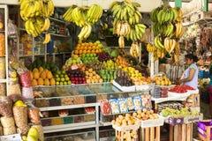 Frukt- och grönsakställning på marknad i Lima, Peru Arkivbild