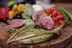 Frukt- och gr?nsakuppl?ggningsfat som fotograferas p? det Babylonstoren vingodset, Franschhoek, Sydafrika arkivbilder
