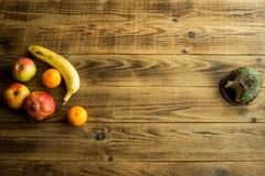 Frukt och munk med choklad på en träbakgrund royaltyfri bild