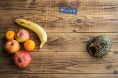 Frukt och munk med choklad på en träbakgrund royaltyfria foton