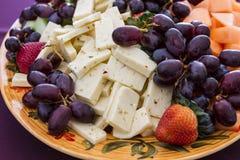 Frukt- och ostplatta royaltyfria bilder