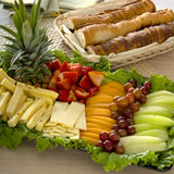 Frukt- och ostuppläggningsfat royaltyfri bild