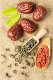 Frukt och te för torkat datum royaltyfria foton