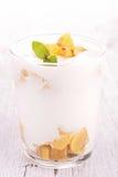 Frukt och yoghurt royaltyfria bilder