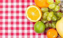 Frukt på bordduktextilen Royaltyfri Fotografi