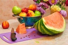 Frukt på bordlägga Fotografering för Bildbyråer