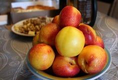 Frukt på bordlägga royaltyfri fotografi