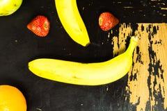 Frukt på den repiga tabellen Royaltyfri Bild