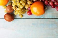 Frukt på en blå träbakgrund royaltyfri fotografi