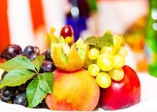 Frukt på en platta royaltyfria bilder
