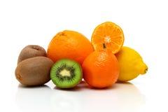 Frukt på en vit bakgrund med reflexion Fotografering för Bildbyråer