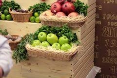 Frukt på ett shoppashow-fönster Korgar för ny frukt Arkivfoto