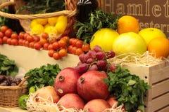 Frukt på ett shoppashow-fönster Korgar för ny frukt Royaltyfria Bilder