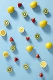 Frukt på färgglad bakgrund Royaltyfria Bilder