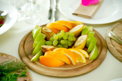 Frukt på plattan i restaurang royaltyfria foton