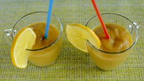 Frukt- smoothies med exponeringsglaspennor för citron itu med sugrör royaltyfria foton