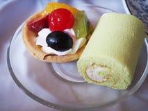 Frukt som är syrlig och driftstopprulle på plattan Royaltyfri Foto