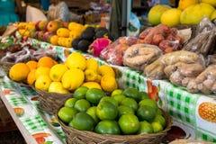 Frukt som är till salu på en vägrenstall i Hawaii Arkivbilder