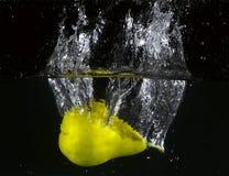 Frukt som kastas i vatten Royaltyfri Bild