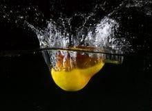 Frukt som kastas i vatten Royaltyfria Bilder