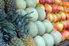 Frukt som ligger i rader på räknarehandeln, ananors, melon, mango Royaltyfri Fotografi