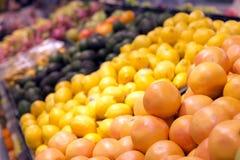 Frukt som säljs i en supermarket i Hong Kong Arkivbild