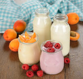Frukt yoghurt och mjölkar Arkivfoto