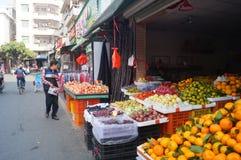 Fruktaffärer i gatorna Royaltyfri Bild