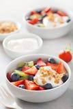Fruktbärsallad med yoghurt och granola för sund frukost royaltyfria bilder
