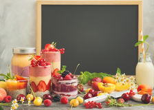 Fruktbärsmoothie royaltyfria foton