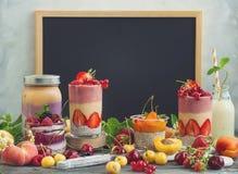 Fruktbärsmoothie arkivbilder