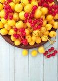 Fruktbakgrund, användbar mat, sommarbär i en bunke royaltyfria bilder
