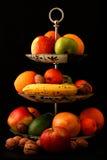 Fruktblandning på svart bakgrund Royaltyfri Fotografi