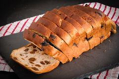 Fruktbröd släntrar vänstersida på kritiserar brädet för att kyla fotografering för bildbyråer