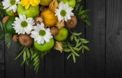 Fruktbukett med äpplen, gula blommor, kiwi och avokadot Royaltyfri Foto