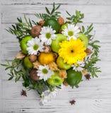 Fruktbukett med äpplen, gula blommor, kiwi och avokadot Arkivfoton