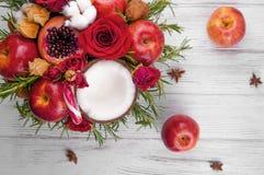 Fruktbukett med äpplen, rosor och pomegranat Arkivfoton