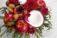 Fruktbukett med äpplen, rosor och pomegranat Royaltyfria Bilder