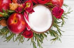Fruktbukett med äpplen, rosor och pomegranat Arkivfoto