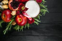 Fruktbukett med äpplen, rosor och pomegranat Royaltyfri Bild