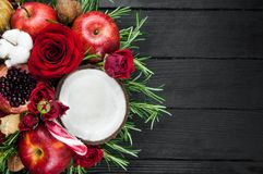 Fruktbukett med äpplen, rosor och pomegranat Royaltyfri Fotografi