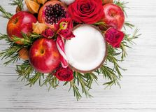 Fruktbukett med äpplen, rosor och pomegranat Fotografering för Bildbyråer