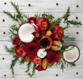 Fruktbukett med äpplen, rosor och pomegranat Arkivbild