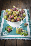 Fruktbunke med renkloplommoner royaltyfria foton