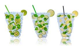 Fruktcoctail med iskuber på vit bakgrund stock illustrationer