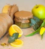 Fruktdriftstopp med citronen och äpplet Arkivbilder