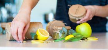 Fruktdriftstopp med citronen och äpplet Royaltyfri Fotografi