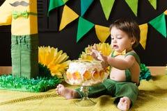 Fruktdryckkakaparti för den första åriga pojken royaltyfri bild