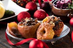 Fruktefterrätten bakade röda äpplen som var välfyllda med granola royaltyfria bilder